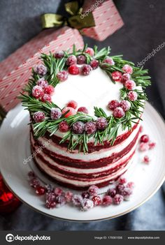 Christmas red velvet cake decorated with sugared cranberries and rosemary leaves. Christmas red velvet cake decorated with sugared cranberries and rosemary leaves — Stock Image Christmas Cake Decorations, Christmas Sweets, Holiday Cakes, Christmas Cooking, Xmas, Red Christmas, Christmas Nails, Food Cakes, Cupcake Cakes