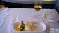 Panna Cotta mit Passionsfrucht und einem 2003er Château Rieussec Dessertwein - Check more at https://www.miles-around.de/trip-reports/first-class/emirates-airbus-a380-800-first-class-bangkok-nach-hong-kong/,  #A380-800 #Airbus #Airport #avgeek #Aviation #Bangkok #BKK #Dusche #Emirates #EmiratesLounge #FirstClass #Flughafen #HKG #HongKong #Lounge #Suite #Trip-Report