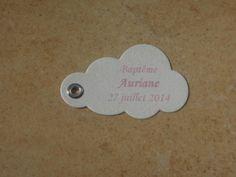 Bonjour à tous et à toutes ! Voici les Etiquettes réalisées pour le Baptême de Auriane qui aura lieu le 27 juillet 2014. Ce sont des étiquettes en forme de Nuage aux couleurs Blanc Irisé et Rose Pâle. Vue d'ensemble Bonne journée à tous et à toutes !