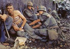 Soldados junto al muro que limita la embajada de EEUU durante la ofensiva del Tet en 1968
