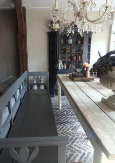 Het Moonhuis: De woonkamer kast graphite en klepbank nero carte colori