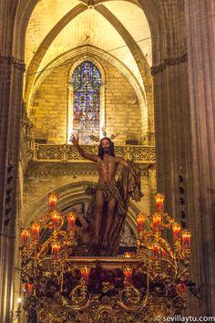 Domingo de Resurrección. Paso de misterio de la Hermandad de la Resurrección dentro de la Catedral.