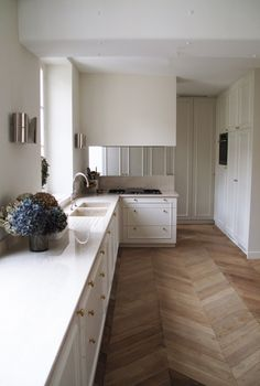 clean kitchen design with herringbone floor Interior Desing, Home Interior, Kitchen Interior, Küchen Design, Floor Design, Design Ideas, Best Engineered Wood Flooring, Planchers En Chevrons, Herringbone Wood Floor