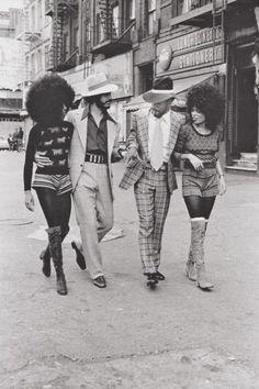 Cultura: Disco. Harlem, 1970. É um gênero de música de dança e também cultura, cuja popularidade atingiu o pico em meados da década de 1970. Teve suas raízes nos clubes de dança voltados para negros, latino-americanos, gays e apreciadores de música psicodélica, além de outras comunidades na cidade de Nova York e Filadélfia durante os anos 1970.