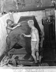 Little Boy, covered by a protective tarp for security reasons. An Unbelievable Set of De-classified Photos Reveal the Preparations Leading Up to the U. Nuclear Attacks on Hiroshima and Nagasaki in August Hiroshima E Nagasaki, Hiroshima Bombing, Nuclear Bomb, Nuclear Physics, Nuclear Energy, Nuclear Power, Les Aliens, Enola Gay, Crime