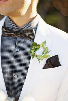 Viste a tu novio con un boutonniere que es tan único y elegante como él. Prueba una de estas boutonnieres sin flores para los que no son amantes de ellas.