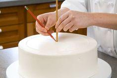Quieres saber cómo hacer el montaje de torta de 3 pisos? No te pierdas este paso a paso. No olvides CLIC EN COMPARTIR Y ME GUSTA en Facebook Te esperamos
