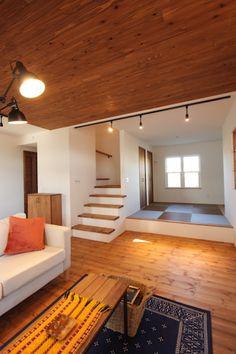 家族の笑顔がいっぱいのナチュラル×ブルックリンのおうち Home Stairs Design, Loft Design, House Design, Indian Bedroom Decor, Stair Shelves, Tatami Room, Studio Apartment Layout, House Stairs, Japanese House