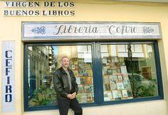 Esta es una librería en Seville, España. Se venden libros aquí. Es pequeña pero tiene muchos libros.
