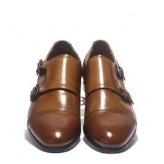 Ve a la última con este zapato Martinelli de hebillas en piel color cuero. Imprescindibles este año.