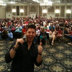 Jared's Twitter profile pic of Jensen. Why yes, I was in this room when this pic was taken. ( to the far left)