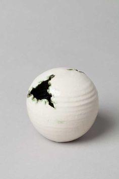 Scheurbol Object. Joke Stroes, Piet Knepper, Aardewerkfabriek Mobach Pottenbakkers. Keramiek, geglazuurd.