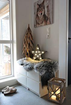 Svennhytta: Jul i entréen Scandi Christmas, Christmas Ideas, Cozy Living Rooms, Entryway Bench, Ladder Decor, Home Goods, Interior Decorating, Christmas Decorations, Cool Stuff