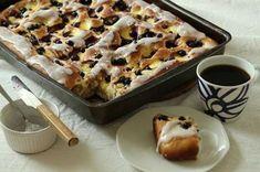 - Den ble veeeeldig god...så god at nesten hele langpanna forsvant til formiddagskaffen, skriver Elin Vatnar Nilsen om denne fantastiske bollefocaccia'en på bloggen sin http://www.krem.no. Foccaciaen er fylt med vaniljekrem og blåbær. - Du kan bruke friske eller frosne bær, tipser Vatnar Nilsen. Og gjerne pynte med litt melis.