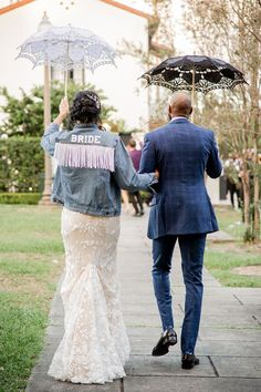 An embroidered bridal cape, stretch velvet bridesmaid dresses, a Dog of Honor wearing a floral collar... this New Orleans microwedding is as inspiring as it gets! Planning a wedding during Covid-19 is no easy feat, but Rachel and Khary were as positive and flexible as can be, resulting in a day overflowing with love, beauty and unforgettable moments all around. We love the way they included guests who could not be there via livestream during their courtyard ceremony - just wait til you see…