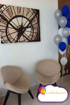 Arranjos de mesa de convidados com balões brancos e azul cobalto de 9 polegadas.  Balões: Balão Cultura (www.balaocultura.com.br)  #arranjodemesa #sempertex #decoracaoadulto #formatura #ortoadulto