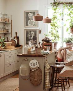 """𝑭𝒓𝒊𝒅𝒂 𝑳𝒖𝒏𝒅𝒈𝒓𝒆𝒏 on Instagram: """"Tillbaka från ledigheten. Till tidiga morgnar och tandkrämsstänk på badrumsspegeln. Snicksnack från kökssoffan. Bortslarvade täckbyxor och…"""" Entryway Tables, Interior, Kitchen, Furniture, Instagram, Home Decor, Tips, Home, Cooking"""