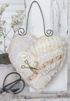 """Charms faits à la main. Maîtres équitables - coeur à la main dans le style vintage """"Sweet home"""". La main."""