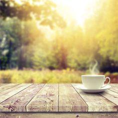 yahoolifestyle:      Além da cafeína (que deve ser consumida em moderação), o café também tem outras substâncias que agem no nosso corpo. Saiba mais:   - A cafeína pode te ajudar a queimar gordura e e