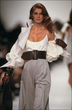 Fashion show ready -to -wear Spring -summer 1991 in Paris, France in. : France in October, 1990 - Dior. (Photo by Daniel SIMON/Gamma-Rapho via Getty Images) Fashion show ready -to -wear Spring -summer 1991 in Paris, France in October, 1990 - Dior. Style Année 90, Looks Style, Style Haute Couture, Couture Fashion, Look Fashion, Fashion Show, Fashion Trends, Runway Fashion Outfits, 1990s Fashion Women