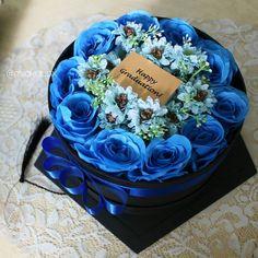 Lagi musim wisuda nih, yuk kasih orang tersayang flower box spesial dari @milakubox �� Kini, @sewakebaya.tng juga menyediakan graduation/birthday/wedding gift berupa flower box yang cantik-cantik banget loh. Harga? Start from 150k aja! Flower box ini menggunakan bunga artificial, jadi bisa dijadikan pajangan & ngga bakal layu n rusak deh�� cekidot �� @milakubox BOX OFF HAPPINESS������  http://gelinshop.com/ipost/1520890122752959612/?code=BUbSYI1FyR8