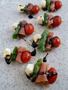 Brochetas caprese con tomate, queso mozzarella fresca, albahaca y jamón serrano (opcional). Son facilísimas de hacer, perfectas para tus reuniones