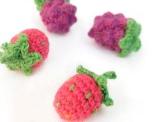 DIY-Anleitung: Fruchtige Erdbeeren und Brombeeren häkeln, Häkelobst / DIY-tutorial: crocheting fruity strawberries and blackberries via DaWanda.com