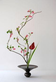 flowers Informationen zu Styles d'ikebana – ma. Ikebana Arrangements, Ikebana Flower Arrangement, Flower Arrangements Simple, Design Floral, Deco Floral, Decoration Evenementielle, Flower Decorations, Japanese Flowers, Japanese Art