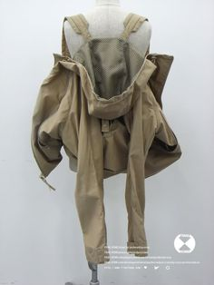 it looks like a coat that has backpack straps built in for when you can't be bothered to wear or carry it! Arab Fashion, Womens Fashion, Ski Fashion, Fashion Details, Fashion Design, Ex Machina, Cargo Jacket, Girl Backpacks, Dolce & Gabbana
