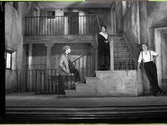 """Historia de una escalera escenario. Cuando entran o salen de la escena, """"aparecen"""" de abajo"""