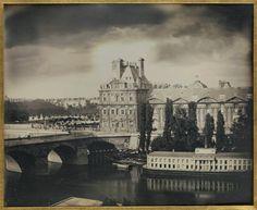 """Pavillon de Flore et Pont-Royal  Tout ce que nous voyons sur cette image des bâtiments du Louvre et des Tuileries n'existe plus de nos jours. Tout a été reconstruit (pavillons de Flore et de Marsan, galerie du Bord de l'eau) ou définitivement démoli (Palais des Tuileries, incendié en 1871 et démoli en 1883).  Le pavillon de Flore, initialement appelé le """"Gros Pavillon du côté de la Rivière"""", et la partie ouest de la Galerie du Bord de l'eau, avaient été construits sous Henri IV, de 1595 à…"""