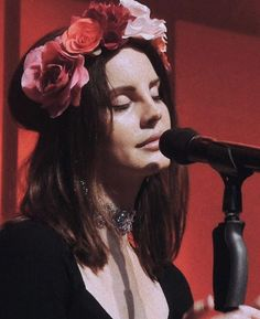 Pinterest: DEBORAHPRAHA ♥️ Lana del rey with red and pink flower crown #lanadelrey #crown