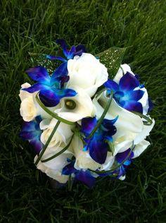 Rose bianche, orchidee blu e calle