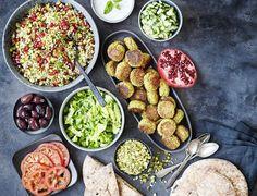 Pitabrød med falafel, bulgursalat og myntedressing - den bedste opskrift! Everyday Food, Greek Recipes, Plant Based Recipes, Tapas, Food And Drink, Lunch, Meals, Dishes, Cooking