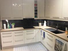 Epoq kjøkken med sorte, glitrende granitt steinfliser