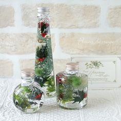 新作のクリスマスハーバリウムは3個セットでLEDの電飾付き。レッド&ゴールドはトラディショナルで温かみのあるクリスマスを演出できます。瓶の口元にはFlocon de neigeスタイルでチャーム付き。クリスマスはシルバーの雪の結晶のチャームとMerry ...