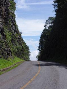 Puerta del Cielo, en el municipio de Pinal de Amoles, Querétaro, México. El lugar es llamado así porque la carretera parece desparecer y el cielo se une con la tierra