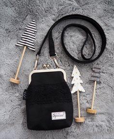 Pikkulaukku pitsillä - Ohje kehyskukkaroon tai - laukkuun - Punatukka ja kaksi karhua Salopette Jeans, Diy Baby Headbands, Pouch, Wallet, Fabric Bags, Quilted Bag, Kids And Parenting, Sewing Crafts, Christmas Crafts