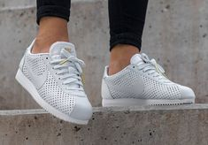 Chaussure Beautiful x Powerful Nike Cortez SE PRM White Gold (Elaine Thompson) Sneaker Outfits, Nike Outfits, Sneaker Boots, Sneakers Mode, Sneakers Fashion, Nike Sneakers, Cute Shoes, Me Too Shoes, Nike Cortez Shoes