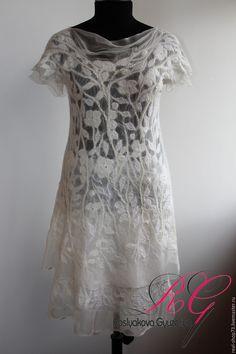 Купить или заказать Платье валяное White flowers в интернет-магазине на Ярмарке Мастеров. продано Белоснежное платье в бохо-стиле изготовлено из 100% шелка и 100% мериносовой шерсти ,украшено декоративными волокнами и стразами,весь рисунок- сплошная шелковая аппликация(шелкография).Легкое,очень приятное к телу,не колется.Платье нежное,красивое,особенно на загорелом теле в нем точно не останетесь без внимания окружающих. Мой рост 168см, размер 50-52,на фото можете видеть как сидит на мне…