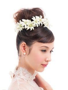 イメージは森の妖精♪ シニヨンを花で囲んだコケティッシュヘア/Side|ヘアメイクカタログ|ザ・ウエディング
