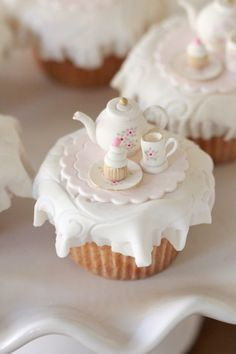 Tea Party Cupcake Toppers & Marshmallow Fondant Recipe - My CMS Cupcakes Cool, Tea Party Cupcakes, Beautiful Cupcakes, Cute Cakes, Gold Cupcakes, Themed Cupcakes, Cake Pops, Cupcakes Lindos, Cookies Cupcake