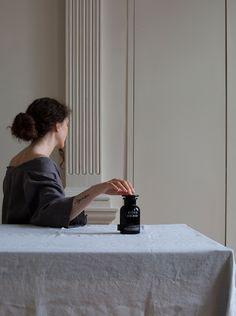 Slow life / minimalism / beauty / interior / minimal / home / spices / kitchen / glass / black / linen / table / tablecloth Minimal Home, Life, Beauty, Beleza, Minimalist Home, Minimalist House