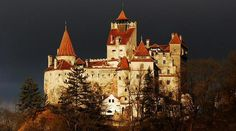 Dracula - Bran Castle Bram Stoker never visited Romania. He depicted the imaginary Dracula's castle based upon a description of Bran Castle that was available to him in turn-of-the-century Britain. in romania Chateau Medieval, Medieval Castle, Gothic Castle, Beautiful Castles, Beautiful Places, Amazing Places, Bran Castle Romania, Dracula Castle, Brasov Romania