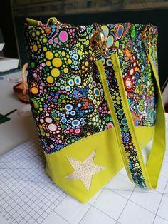 Sac Samba en simili jaune et imprimé bulles colorées cousu par Josiane - Patron Sacôtin
