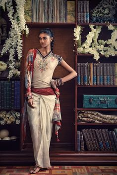 Tarun Tahiliani Spring Summer 2013 - Scarlet Bindi – South Asian Fashion and . Indian Fashion Trends, India Fashion, Ethnic Fashion, Asian Fashion, Fashion Goth, Fashion Shoot, Tarun Tahiliani, Indie Mode, Mode Boho