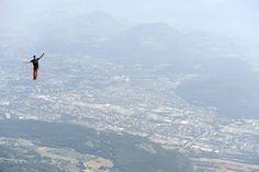O equilibrista francês Nathan Paulin pratica #slackline durante encontro em #Grenoble, na França. Você teria coragem? Foto Philippe Desmazes/AFP.