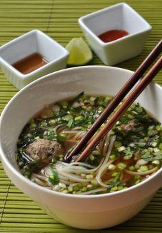 """750g vous propose la recette """"Pho vietnamien : bouillon de bœuf, nouilles de riz, herbes fraîches et boulettes de bœuf"""" publiée par Pascale Weeks."""