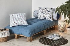 11 Comfortable Furniture Ideas to Make With Pallets + Cushions (Indoor & Outdoor) - Create a reading corner that can also be used as a small extra bed with a pallet and a pallet mattress Diy Pallet Couch, Pallet Cushions, Diy Couch, Diy Pallet Furniture, Diy Pallet Projects, Diy Bed, Home Decor Furniture, Cool Furniture, Furniture Ideas