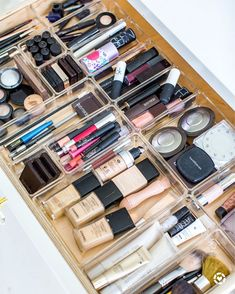 No longer does your hand need to act as an excavator to find your toothpaste or daily cream - clear drawer dividers are here to the rescue. Pantry Organization Labels, Makeup Drawer Organization, Bathroom Organisation, Room Organization, Makeup Vanity Decor, Makeup Room Decor, Diy Vanity, Diy Makeup, Makeup Tools